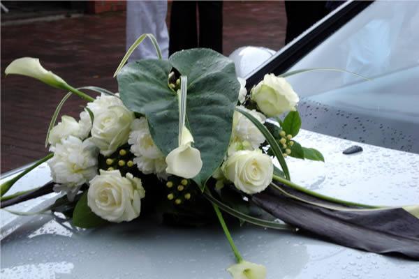 déco-fleurs-voiture-mariees