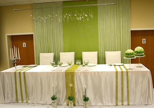 decoration-salle-table-honneur-vert-blanc-flickr-angiunruh