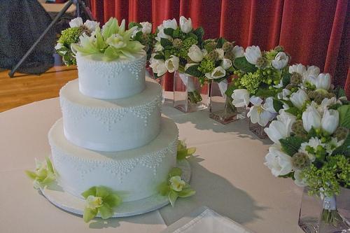 Th me de mariage blanc avec des accords verts et chocolat for Table de jardin verte